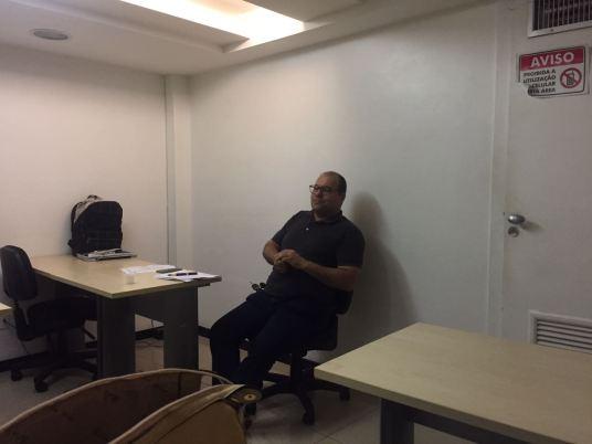 O presidente do Sindescritores, Marcos Linhares, conduzindo a reunião