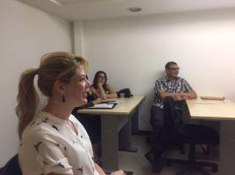 Membros do Sindescritores/DF atentos à reunião: Verônica Vincenza (em primeiro plano), Vânia Gomes e Lindoberto Ribeiro (ao fundo)